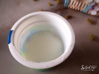 没有雪糕模具一样过夏天,再缓缓倒入酸奶,把葡萄干覆盖住。