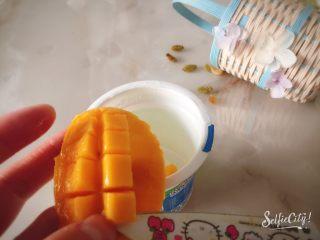 没有雪糕模具一样过夏天,先把一杯酸奶倒出,洗干净晾干,然后开始切芒果粒,均匀的铺一层圆圈。