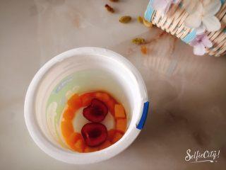 没有雪糕模具一样过夏天,樱桃洗净去核,对半切开,放在杯子底部中间