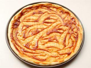 培根田园披萨,抹上<a style='color:red;display:inline-block;' href='/shicai/ 46963/'>披萨酱</a>或者别的适合的酱汁,我用的番茄酱和牛排酱1:1混合,味道也很好。