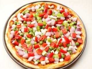 培根田园披萨,撒上蔬菜,剩余一些等最后铺上面。