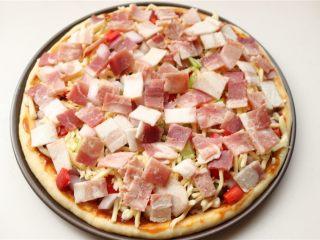 培根田园披萨,铺一些奶酪丝,再铺上所有<a style='color:red;display:inline-block;' href='/shicai/ 443/'>培根</a>。