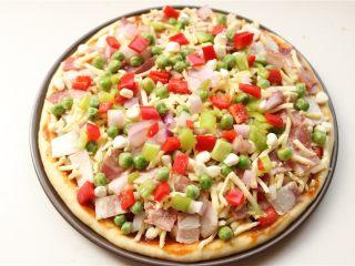 培根田园披萨,剩余的蔬菜全部放上去。