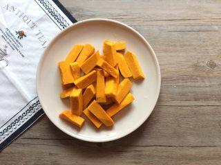 咸蛋黄焗南瓜,南瓜去皮切成条。