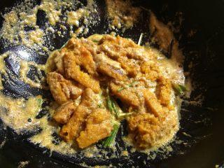 咸蛋黄焗南瓜,汤汁差不多的时候放入葱段。