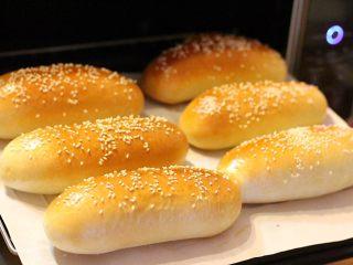 热狗面包,面包烘烤完毕,放凉备用。