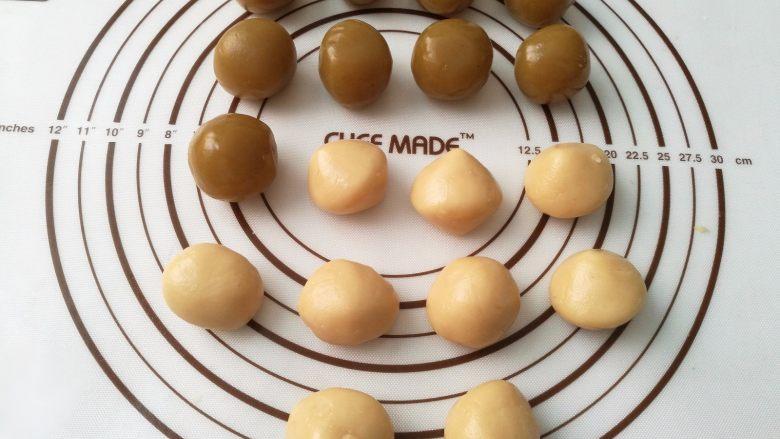广式月饼,4.莲蓉馅分成每个30克,面团每个20克