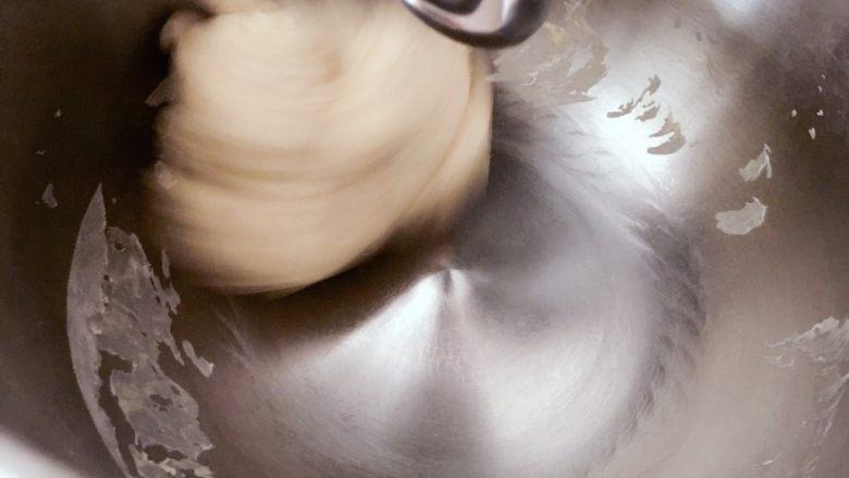 高纤低脂的全麦蔓越莓贝果,厨师机或面包机先慢速混合原料,然后再中速搅打。也可选择手揉。贝果面团属于比较干的面团,怕粘手的小伙伴尽管撸袖子上,哈哈。