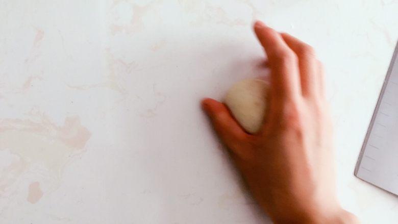 高纤低脂的全麦蔓越莓贝果,滚圆。  此处单手拍照有点魔幻。