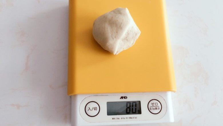 高纤低脂的全麦蔓越莓贝果,2)整形  切分成80g一个面团。这样成品直径大约10cm,一个成年人食用刚好。  如果想要再小些也可以,但烘烤时记得缩短时间。
