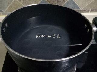 酸甜杨梅汁,煮锅加水烧开;