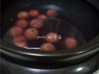 酸甜杨梅汁,程序结束后,酸梅汤汁就做好啦;刚煮好的杨梅汁颜色不够红,但如果冷藏后,汤汁会非常鲜艳;