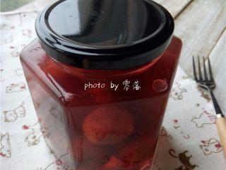 酸甜杨梅汁,晾凉后,装在消毒后的玻璃罐里,密封后放冰箱冷藏;