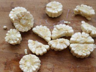 酱汁焖锅,越来越喜欢新鲜玉米入菜,切小段,再一分为二。