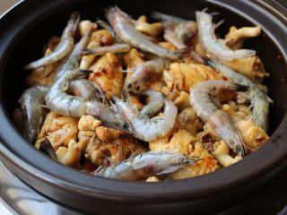 酱汁焖锅,大约30分钟后,加入虾,继续焖。