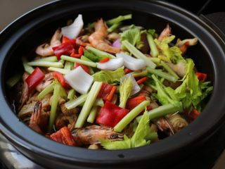 酱汁焖锅,剩余10分钟时候,加入剩下的蔬菜,我喜欢在菜肴熟的时候加一些芹菜,有一种特别的清香。