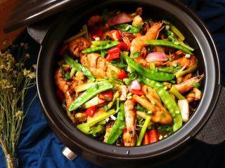 酱汁焖锅,锅子直接端上餐桌,配米饭,开吃吧。
