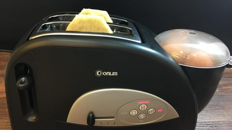 童趣早餐——乌龟全麦三明治,面包片烤好后,面包片自动弹起,煮蛋器仍在工作。