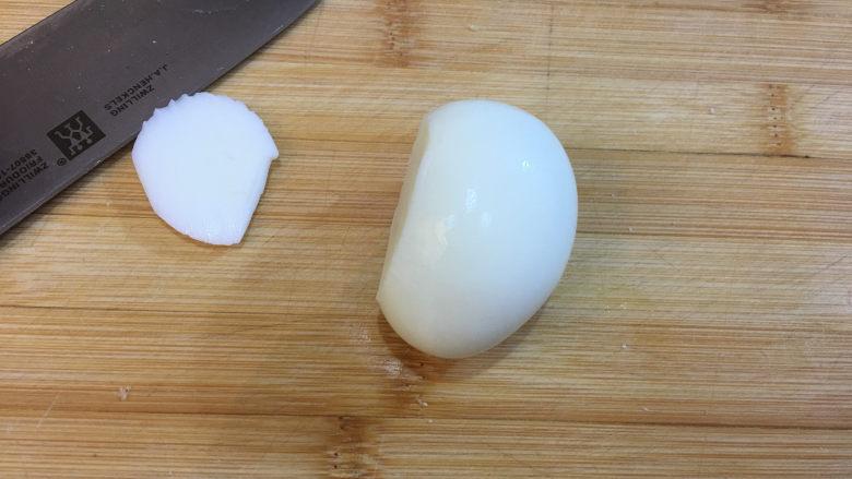 童趣早餐——乌龟全麦三明治,将去壳的鸡蛋切去一部分蛋白,这样鸡蛋能够平稳的放平。