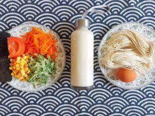 初夏的小清新——豆乳凉面,原材料准备: 西红柿切片,黄瓜和胡萝卜刨丝,豆浆可现磨或买现成,冷藏最佳;