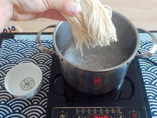 初夏的小清新——豆乳凉面,把锅内冷水烧开,开水下面条;
