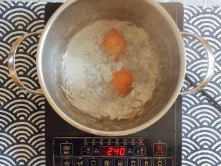 初夏的小清新——豆乳凉面,水煮到很沸腾时,蛋入锅;