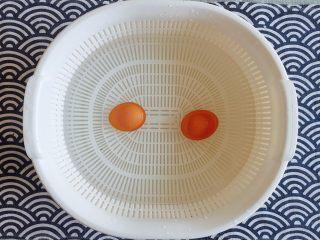 初夏的小清新——豆乳凉面,蛋捞出后,立即放入一旁备好的冷水中,等到蛋凉透; PS:这样做,更好剥蛋皮;
