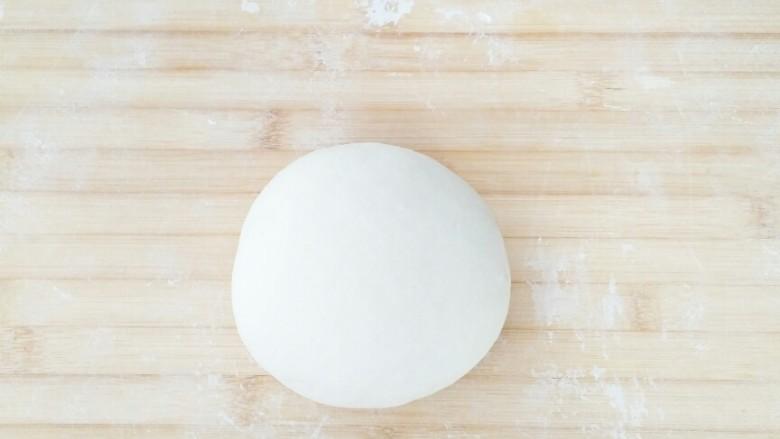 早餐锅贴,面团取出重新排气揉圆。