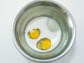 香蕉马芬(媲美妙芙蛋糕),把鸡蛋,玉米油,糖,牛奶,放入盆里。