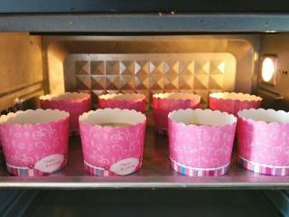 香蕉马芬(媲美妙芙蛋糕),烤箱上下火预热180度10分钟,然后把蛋糕放入烤箱中层,180度烤35分钟。(烘烤时间仅供参考,每家的烤箱温度都是不同的。)