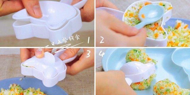 杂蔬鳕鱼猫饭团—宝宝从此爱上吃蔬菜,五官压好了,开始来做饭团,底片放进去,饭用勺子盛进去,压实后倒在盘子里。