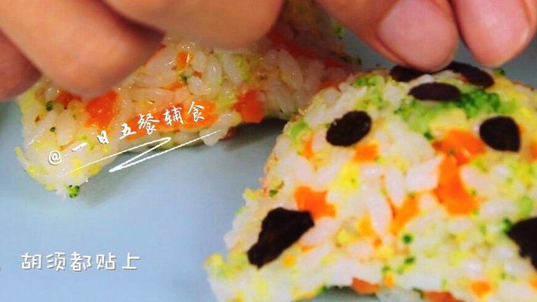 杂蔬鳕鱼猫饭团—宝宝从此爱上吃蔬菜,将猫的五官,胡须都贴上。
