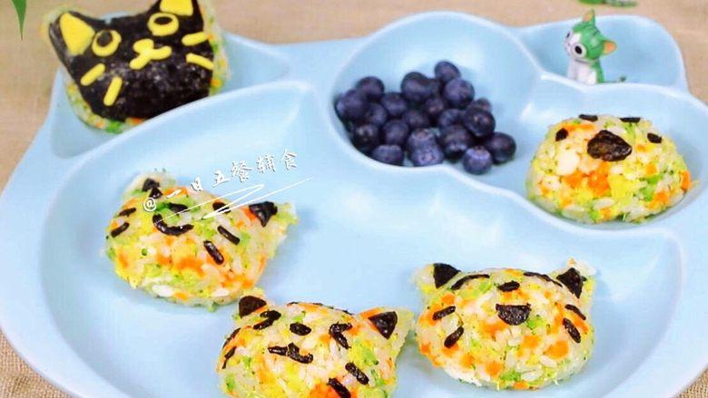 杂蔬鳕鱼猫饭团—宝宝从此爱上吃蔬菜,你手头有什么模具就用什么模具,如果你的宝宝也喜欢这样萌萌的造型,给我留言,我会出各种创意米饭的做法哦。