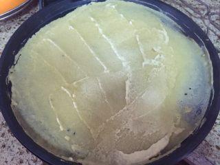 深夜食堂之煎饼果子,用铲子摊平,不要太厚,薄点会脆点;