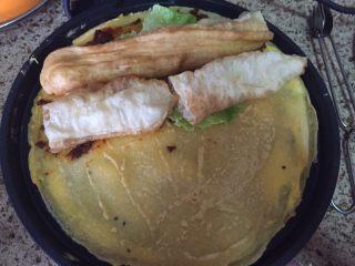 深夜食堂之煎饼果子,上面放上生菜和油条;