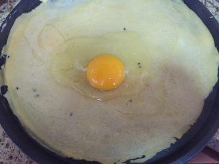 深夜食堂之煎饼果子,打入一个鸡蛋,用铲子,慢慢的一圈一圈的把鸡蛋,摊在饼上;