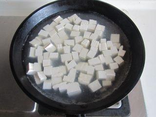 毛豆米双色豆腐,再将豆腐块放入里面焯煮一分钟捞出;