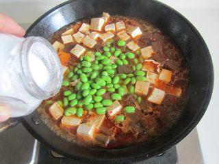 毛豆米双色豆腐,再加入适量的盐调味;