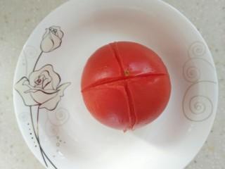 番茄蘑菇意面,番茄用刀划十字,放到蒸锅里蒸一下,然后扒去皮