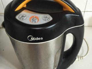 豆浆机版Q弹猪皮冻,把切好的肉皮丝(200克)放进豆浆机里,加入适量的水至豆浆机最高刻度线!按【八宝/米糊键】!(直到把所有的肉皮丝都打完为止,记得每次打完一锅肉皮丝后,要把豆浆机清洗干净,要不然再打下一锅的时候,豆浆机的底部会粘住,容易糊!)