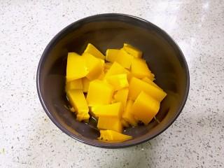 蟹黄豆腐南瓜羹,南瓜切成小块蒸熟。