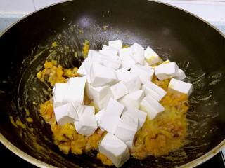 蟹黄豆腐南瓜羹,倒入豆腐轻轻翻炒。