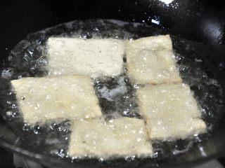 红烧豆腐---两面黄,锅中下油,油的用量要比一般炒菜的油多。油热后,将豆腐一片片下锅,中途翻面,但不要频繁翻动,炸至两面颜色金黄,边角起酥,这期间注意火候,不要糊