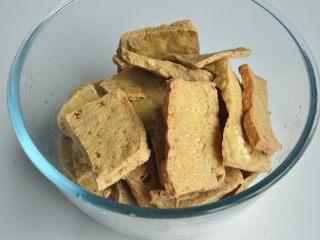 红烧豆腐---两面黄,将炸好的豆腐,捞出沥干油,放入碗中备用 。