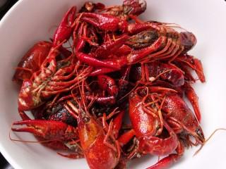 别为风情的龙虾,炒成变色就可以了。搞出来然后热锅热油