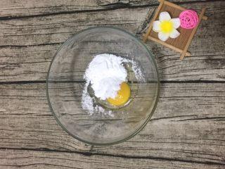 旺仔小馒头,鸡蛋加糖粉搅打均匀,用蛋抽就可以
