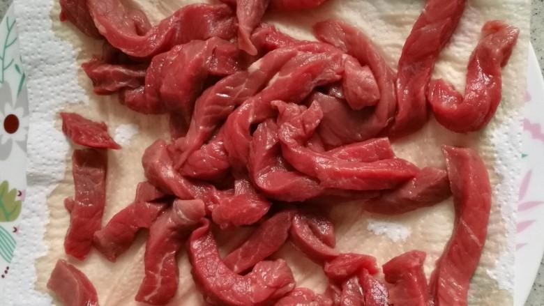 黑椒牛柳,牛里脊切粗条,用厨房纸吸干水分