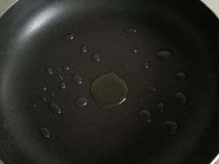 黑椒牛柳,平底锅内倒少许油烧热