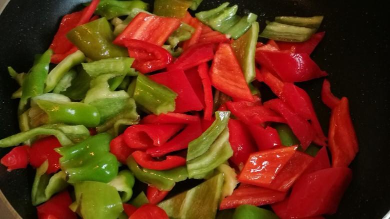 黑椒牛柳,倒入青红椒,撒少许盐,翻炒至8成熟,盛出备用