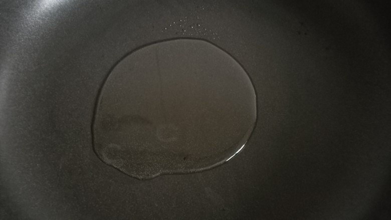 黑椒牛柳,锅里倒油烧至六成热